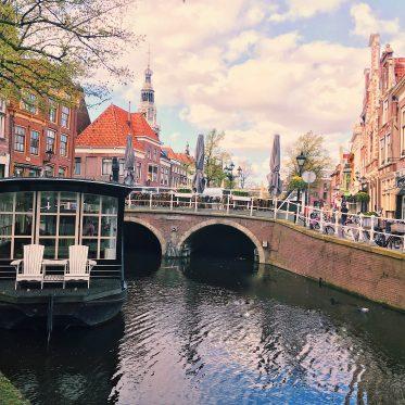Holland Alkmaar Gracht mit Caféboot