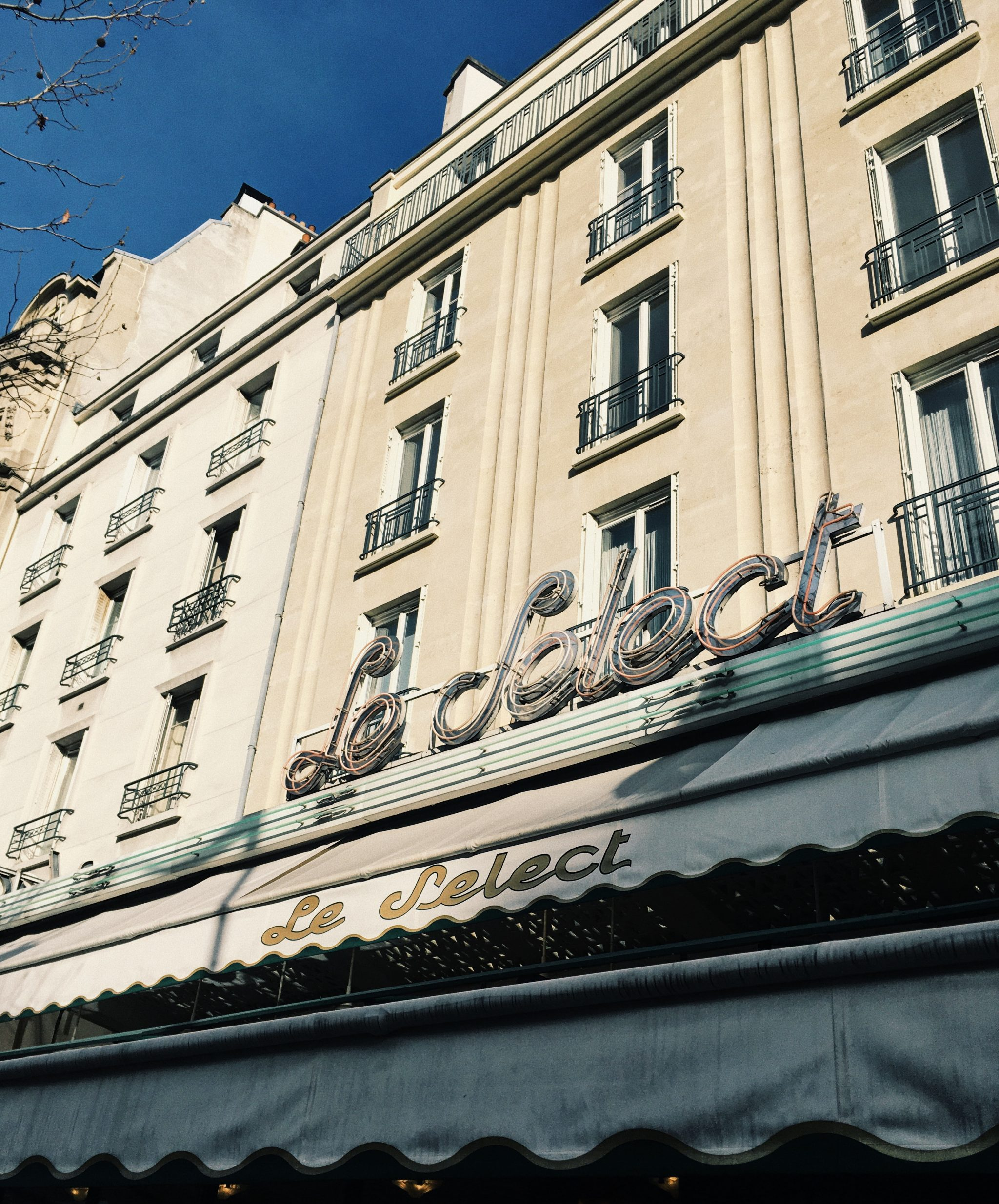 Paris schöne Hausfassade mit Markise