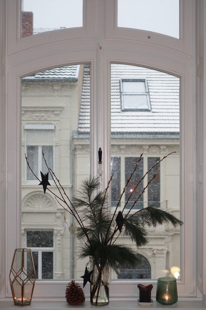 DIY Plissee-Anhänger Weihnachtsdeko auf Fensterbank