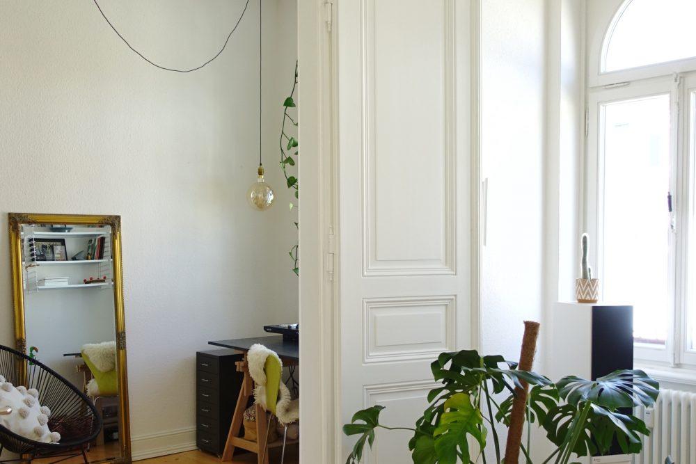 Weiße Flügeltür in Altbauwohnung