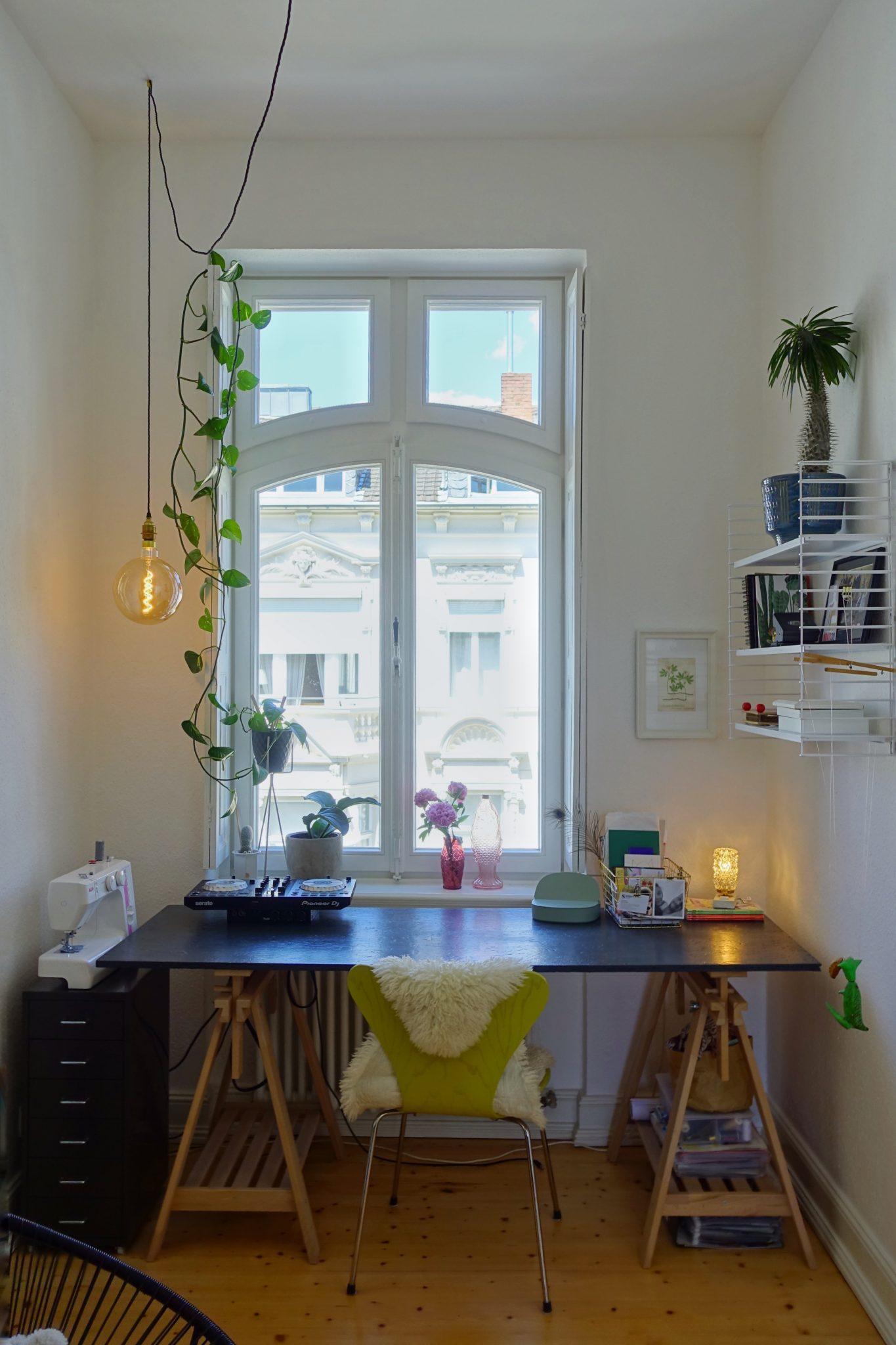 Schreibtisch vor Altbau-Fenster