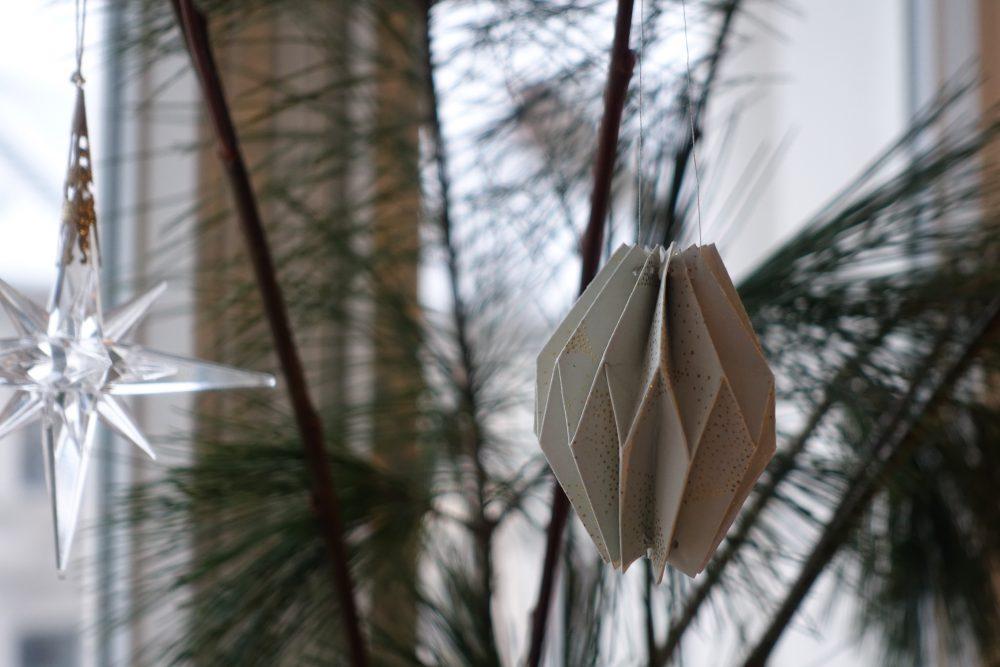 DIY Plissee-Anhänger an Tannenzweig